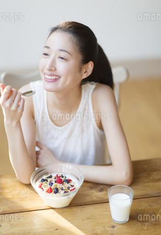 シリアルを食べる笑顔の女性の写真素材 [FYI02966570]