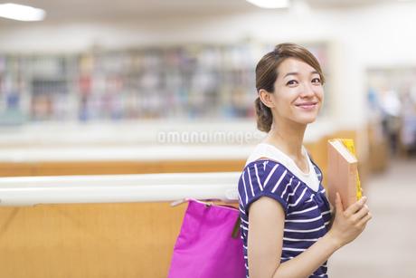 図書室での女子学生のポートレートの写真素材 [FYI02966571]
