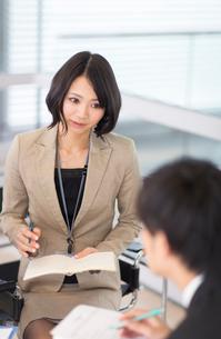 打合せをするビジネス女性の写真素材 [FYI02966572]