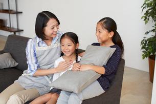 ソファーで語らう親子の写真素材 [FYI02966573]