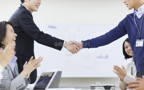 会議で握手するビジネス男性2人の写真素材 [FYI02966579]
