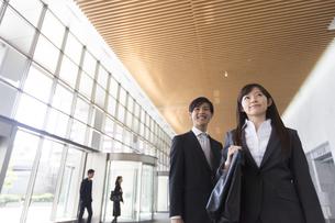 エントランスで並んで上を見るビジネス男女の写真素材 [FYI02966582]
