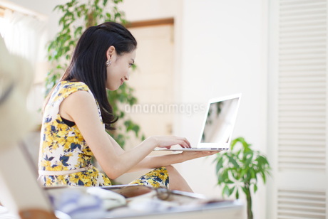 ノートPCを見る女性の写真素材 [FYI02966584]