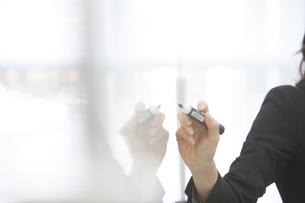 ホワイトボードに書くビジネス女性の手の写真素材 [FYI02966590]