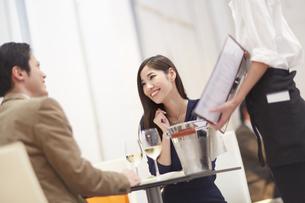 レストランでメニューの相談をするカップルの写真素材 [FYI02966593]
