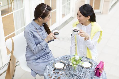 コーヒーカップを手に会話する2人の女性の写真素材 [FYI02966595]