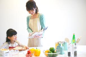 料理をする母親と娘の写真素材 [FYI02966597]