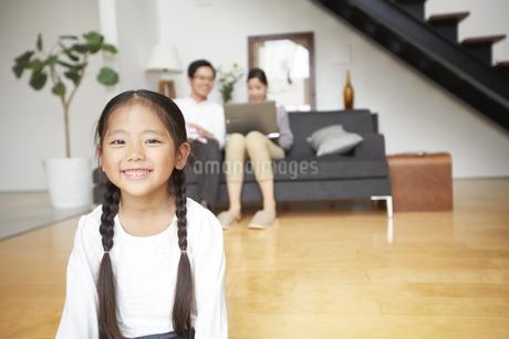 夫婦の手前で笑顔の女の子の写真素材 [FYI02966599]