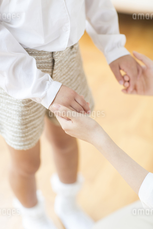 握り合う母と娘の手の写真素材 [FYI02966601]