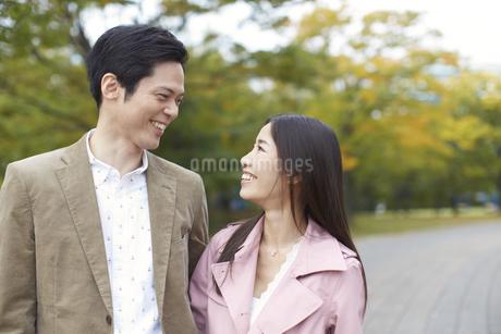 公園で見つめあって笑うカップルの写真素材 [FYI02966605]