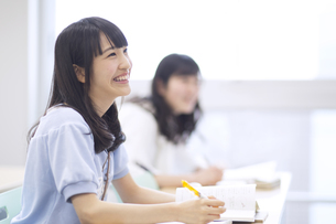 授業を受ける女子学生の写真素材 [FYI02966606]