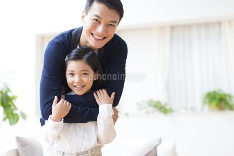 肩を抱く父と笑顔の女の子の写真素材 [FYI02966607]