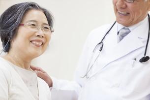 笑顔の患者と男性医師の写真素材 [FYI02966608]