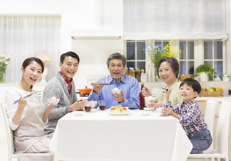 団欒の食卓で笑顔の三世代家族の写真素材 [FYI02966610]