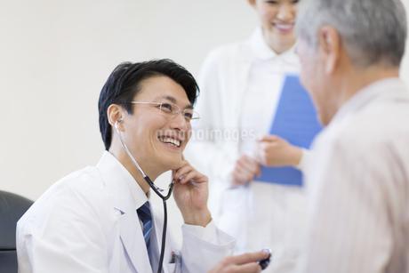 患者に聴診器をあてる男性医師の写真素材 [FYI02966612]