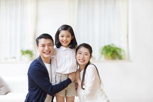 笑顔で微笑む親子の写真素材 [FYI02966613]
