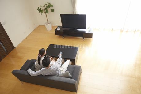 テレビを見る家族の写真素材 [FYI02966630]
