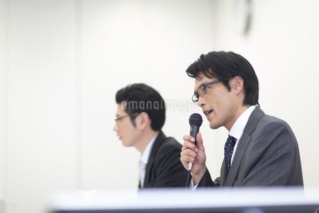 会見をするビジネス男性の写真素材 [FYI02966632]
