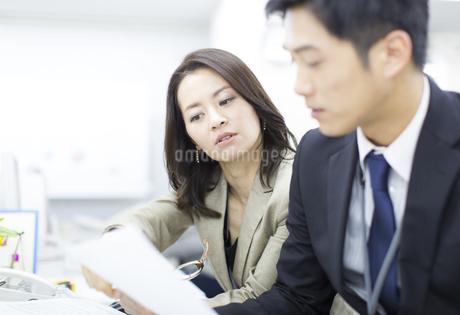 デスクで打合せをするビジネス男女の写真素材 [FYI02966634]