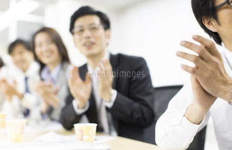 会議で拍手するビジネス男女の写真素材 [FYI02966635]