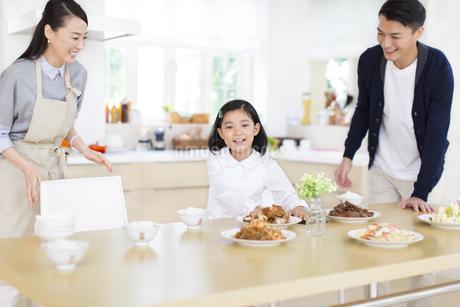食事の前で笑顔の親子の写真素材 [FYI02966638]
