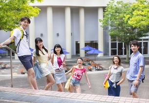 キャンパスで並んで笑う学生たちのポートレートの写真素材 [FYI02966645]