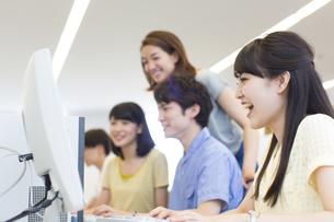 パソコン教室でモニターに向かう学生たちの写真素材 [FYI02966647]