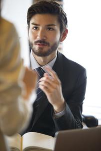 オフィスで打合せをするビジネス男性の写真素材 [FYI02966650]