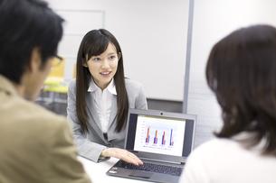 パソコンを使って接客するビジネス女性の写真素材 [FYI02966652]