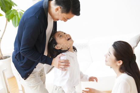 父の顔を見上げて笑う女の子の写真素材 [FYI02966654]