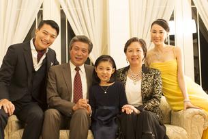ドレスアップして微笑む三世代家族の写真素材 [FYI02966659]