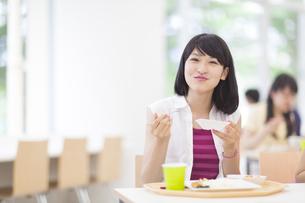 学食で食事をする女子学生のポートレートの写真素材 [FYI02966660]