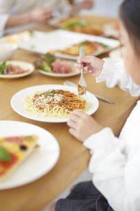 スパゲティを食べる女の子の写真素材 [FYI02966661]