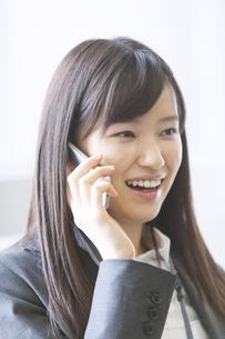 スマートフォンで話すビジネス女性の写真素材 [FYI02966662]