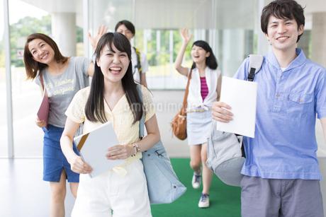 挨拶しながら歩く学生たちの写真素材 [FYI02966663]