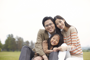 公園で座って笑う家族のスナップの写真素材 [FYI02966664]