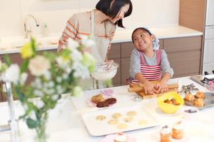お菓子作りをする母と娘の写真素材 [FYI02966666]