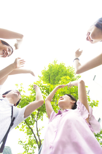 ハイタッチする学生たちの写真素材 [FYI02966671]