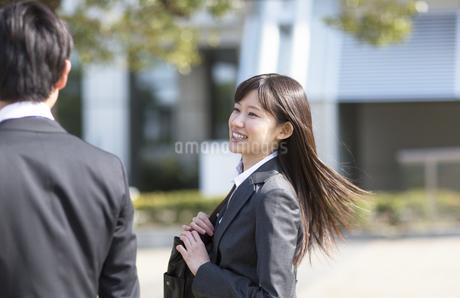 笑いながら歩くビジネス男女の写真素材 [FYI02966674]