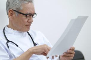 資料を見る男性医師の写真素材 [FYI02966675]
