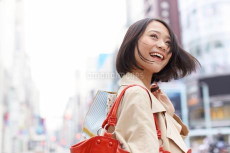 買い物中に街で横を向く女性の写真素材 [FYI02966677]