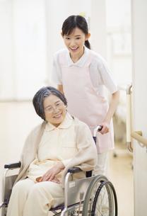 車椅子の患者を押す女性看護師の写真素材 [FYI02966682]