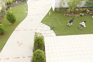 庭を駆ける姉妹の写真素材 [FYI02966683]