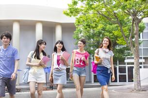 キャンパスを並んで歩く学生たちの写真素材 [FYI02966687]