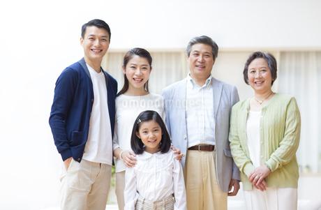 集合して微笑む三世代家族の写真素材 [FYI02966690]