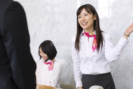接客する受付の女性の写真素材 [FYI02966695]
