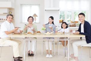 食卓で微笑む三世代家族の写真素材 [FYI02966699]