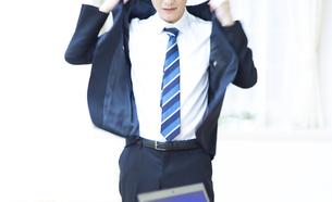 ジャケットを羽織るビジネスマンの写真素材 [FYI02966700]