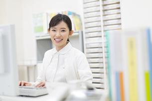 パソコンをする女性看護師の写真素材 [FYI02966702]