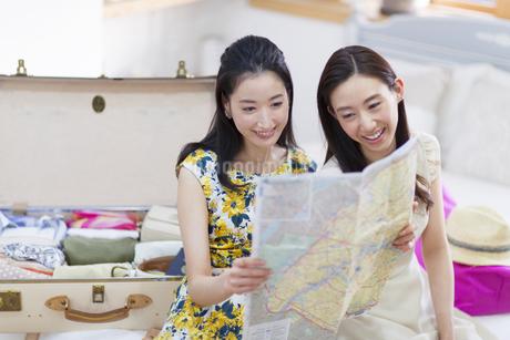 旅行の準備をする2人の女性の写真素材 [FYI02966704]